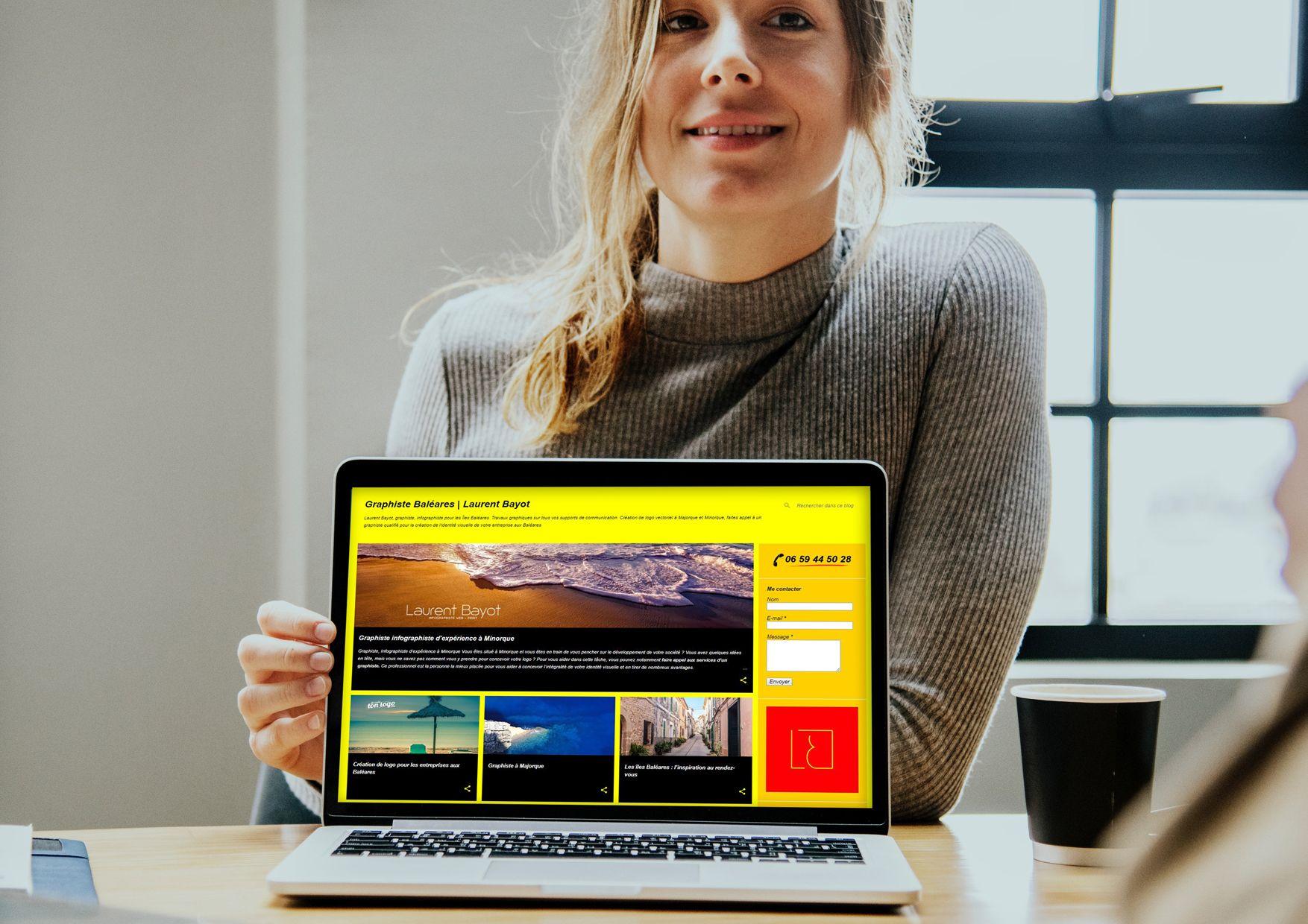 femme pc écran jaune